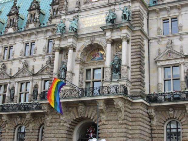 Für den Christopher Street Day wurde eine Regenbogenflagge am Rathaus montiert