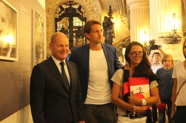 Olaf Scholz, Rene Adler und Angelika Kohlmeyer bei der Ausstellung VorBilder