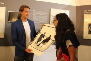 Angelika Kohlmeyerüberreicht Rene Adler einen Abzug des Fotos