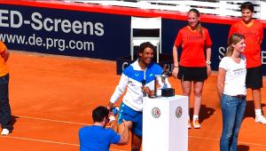 Nadal bekommt bei der Siegerehrung einen Krampf
