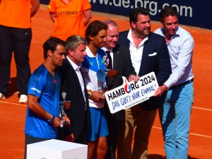 Personen von rechts - Turnierdirektor Michael Stich, Detlev Hammer (Hamburg sports & entertainment GmbH), Michael Neumann (Senator für Inneres und Sport in Hamburg), Rafael Nadal, Claus Retschitzegger (bet-at-home), Fabio Fognini