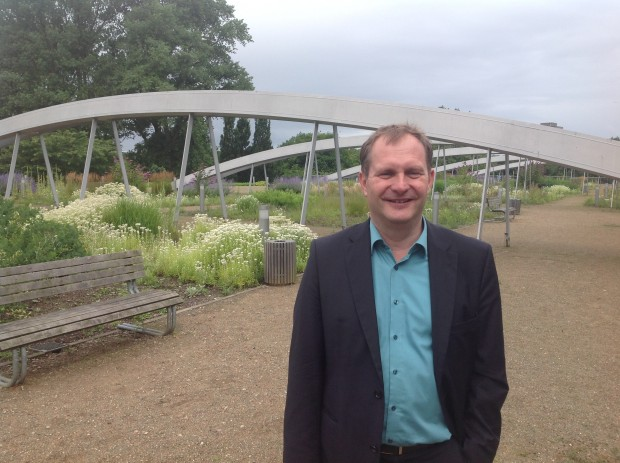 Umweltsenator Jens Kerstan auf dem Gründach des CCH