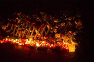 Blumen und Kerzen vor dem Haus von Helmut Schmidt