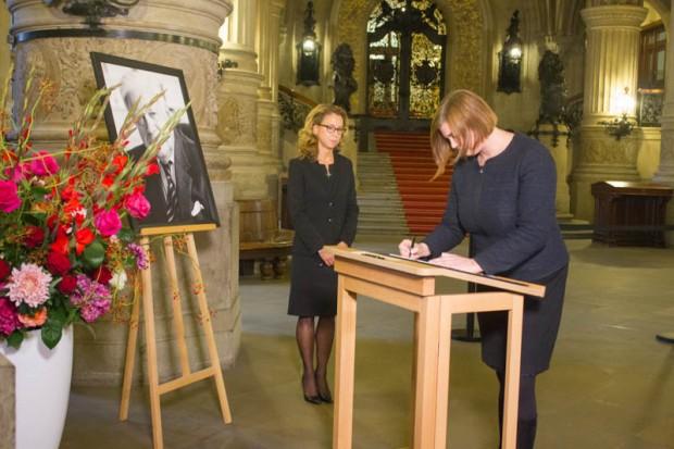 Katharina Fegebank und Carola Veit tragen sich im Hamburger Rathaus in das Kondolenzbuch von Altbundeskanzler Helmut Schmidt ein.