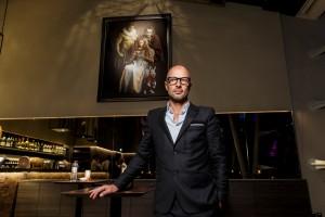 Künstler Sacha Goldberger beim Grand-Opening des HERITAGE-Restaurant am 13.01.16 vor dem Bild Super-Flemish
