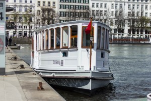 Hamburgs historischer Alsterdampfer St. Georg am Anleger Jungfernstieg