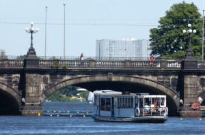 Der historische Alsterdampfer St. Georg vor der Lombardsbrücke
