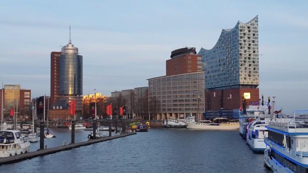 Blick auf die Hafencity mit Elbphilharmonie
