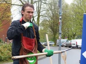 Albin Ekdal ist ausgerüstet mit Schaufel und grün-weißen Handschuhen.