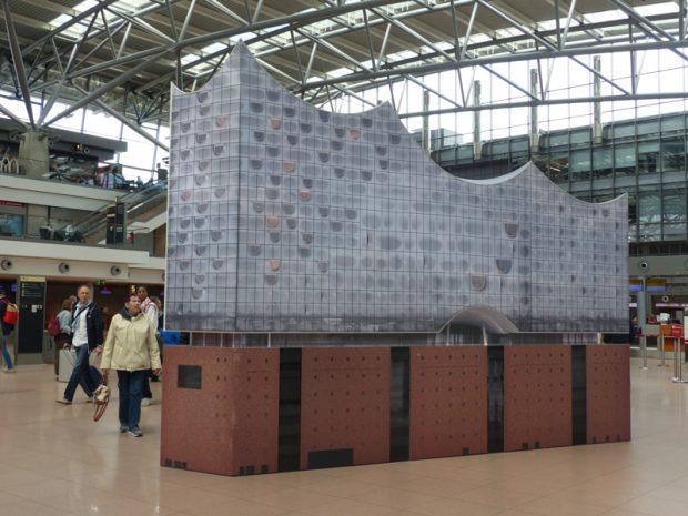 Nachbau der Elbphilharmonie am Flughafen Hamburg