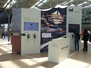 Nachbau der Elbphilharmonie am Flughafen Hamburg mit Info-Monitor