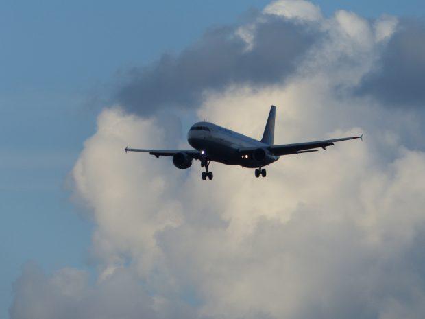 Flugzeug im Landeanflug auf den Flughafen Hamburg