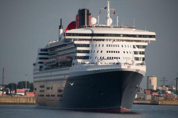 Queen Mary 2 verlässt den Hamburger Hafen mit neuem Anstrich
