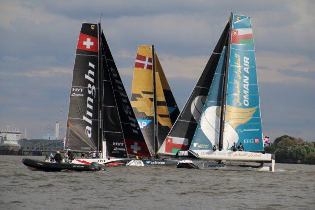 man Air und Alinghi lirefern sich bei den Extreme Sailing Series in der HafenCity ein Kopf-an-Kopf-Rennen.
