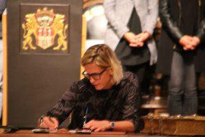 Laura Ludwig trägt sich ins Goldene Buch der Stadt ein