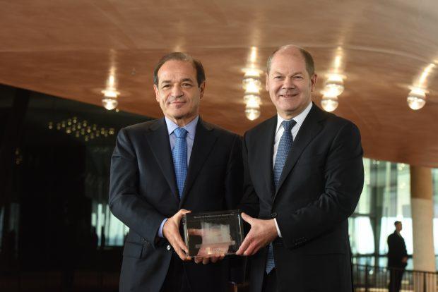 Übergabe der Elbphilharmonie durch Marcelino Fernández Verdes an Bürgermeister Olaf Scholz