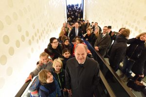 Bürgermeister Olaf Scholz auf der 80 Meter langen Rolltreppe zur Plaza