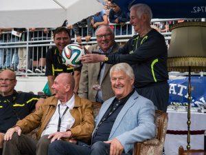 Uwe Seeler mit Max Lorenz, Horst Eckel und Schiedsrichter Walter Eschweiler