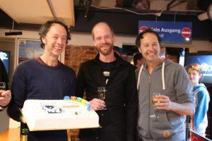 Gerrit und Frederik Braun empfangen den 15-millionsten Besucher mit Torte und Champagner