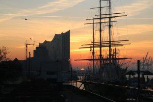 Die Elbphilharmonie bei Sonnenaufgang von den Landungsbrücken aus gesehen