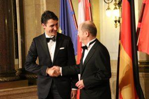 Olaf Scholz begrüßt Justin Trudeau an der Senatstreppe