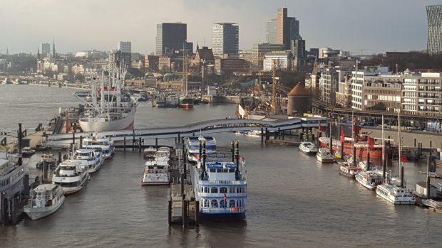 Der Ausblick von der Elbphilharmonie Plaza auf den Hafen