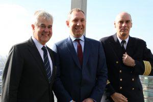 Senator Frank Horch, Hafenkapitän Jörg Pollmann und Vizebürgermeister von Nantes Andre Sobczak