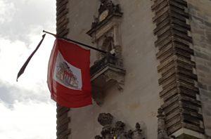 Trauerbeflaggung am Rathaus für Hamburgs Partnerstadt St. Petersburg
