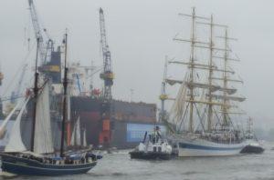 Der russische Großsegler Mir führt die Einlaufparade des 828. Hafengeburtstag an