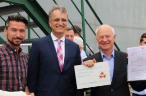 Andreas Rieckhof übergibt Joachim Kaiser den Bewilligungsbescheid