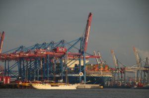 Containerriese MOL Triumph am Burchardkai
