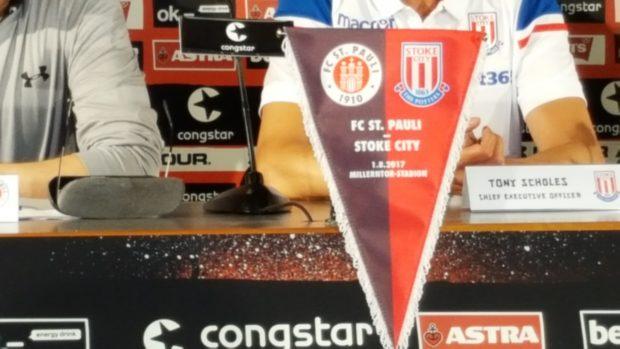 """Kooperationswimpel"" vom FC St. Pauli und Stokes City"