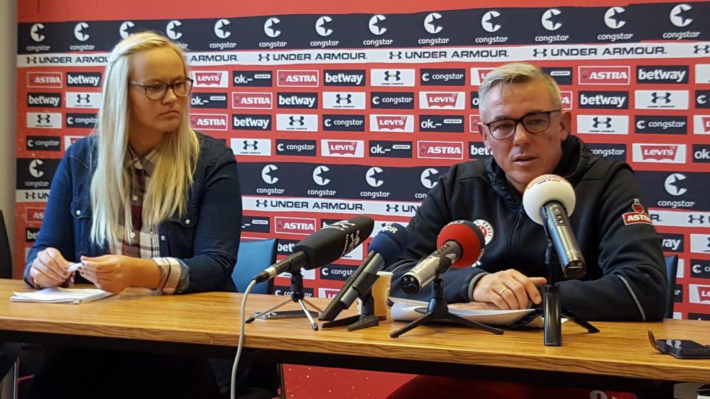 Olaf Janßen bei der Pressekonferenz des FC St. Pauli