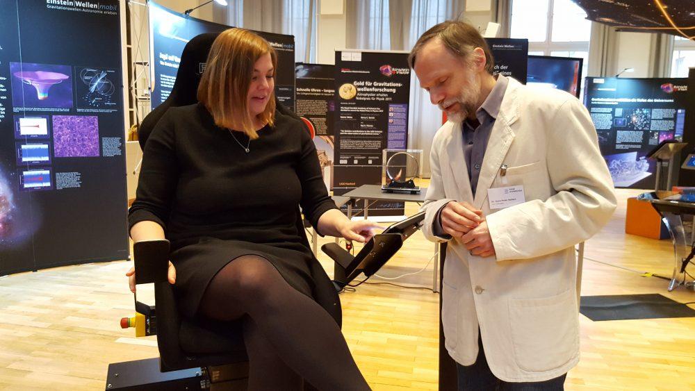 Katharina Fegebank und Hans-Peter Nollert am Gravitationsstuhl