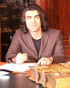 Fatih Akin_trägt sich ins Goldene Buch der Stadt ein