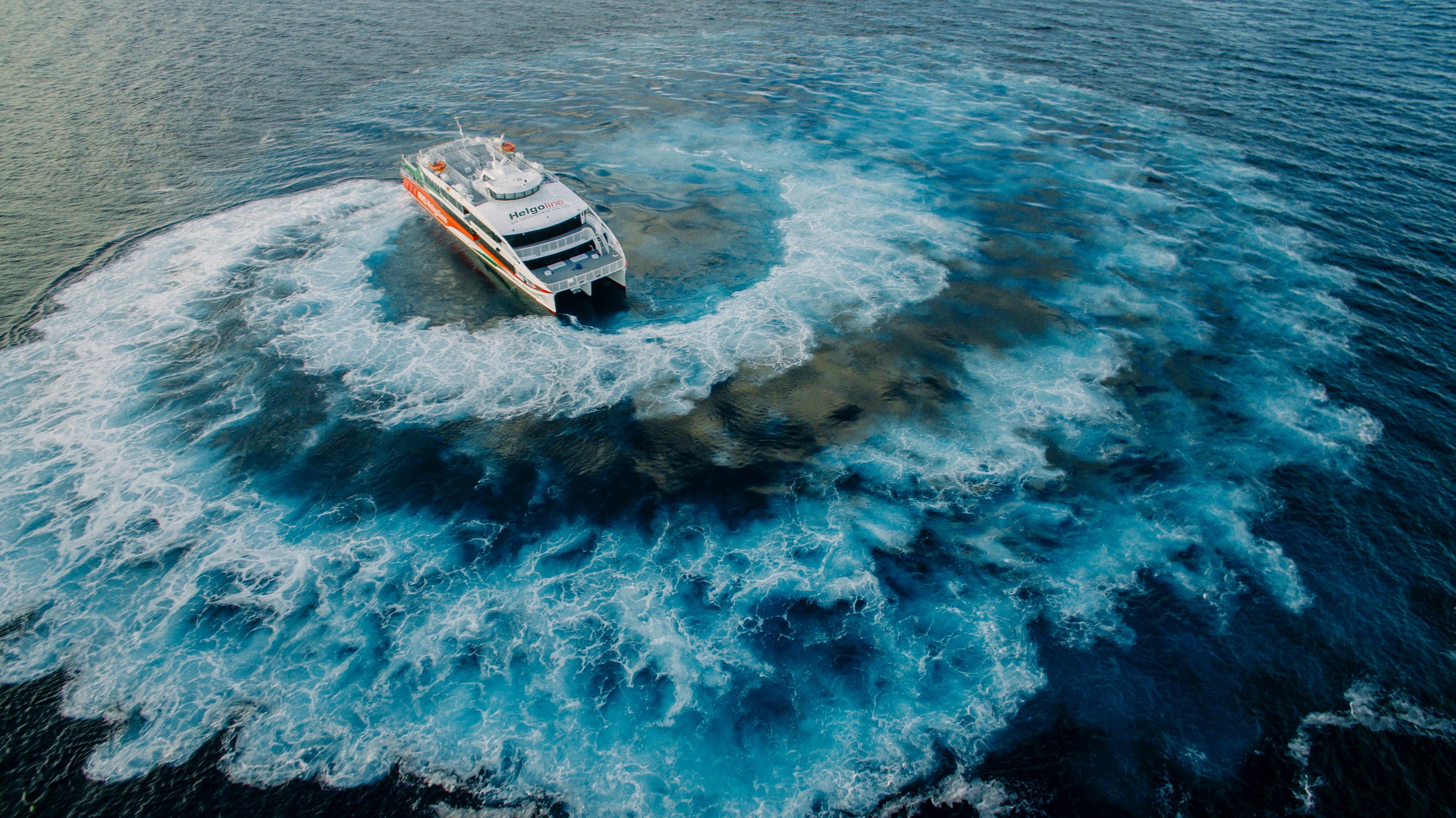 Der Helgoland Neubau der Förde Reederei Seetouristik macht sich auf den Weg (c) AUSTAL