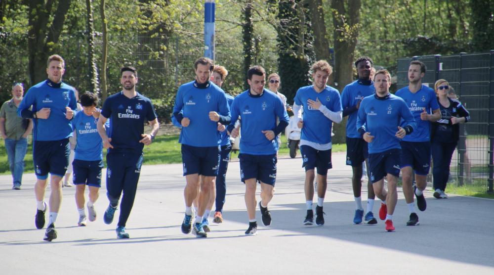 HSV beim Auslaufen am Volksparkstadion
