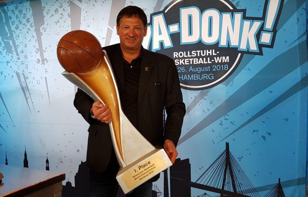 Ulf Mehrens mit einem Pokal für die Rollstuhlbasketall WM 2018