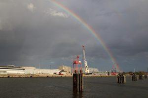 Regenbogen im Hansahafen
