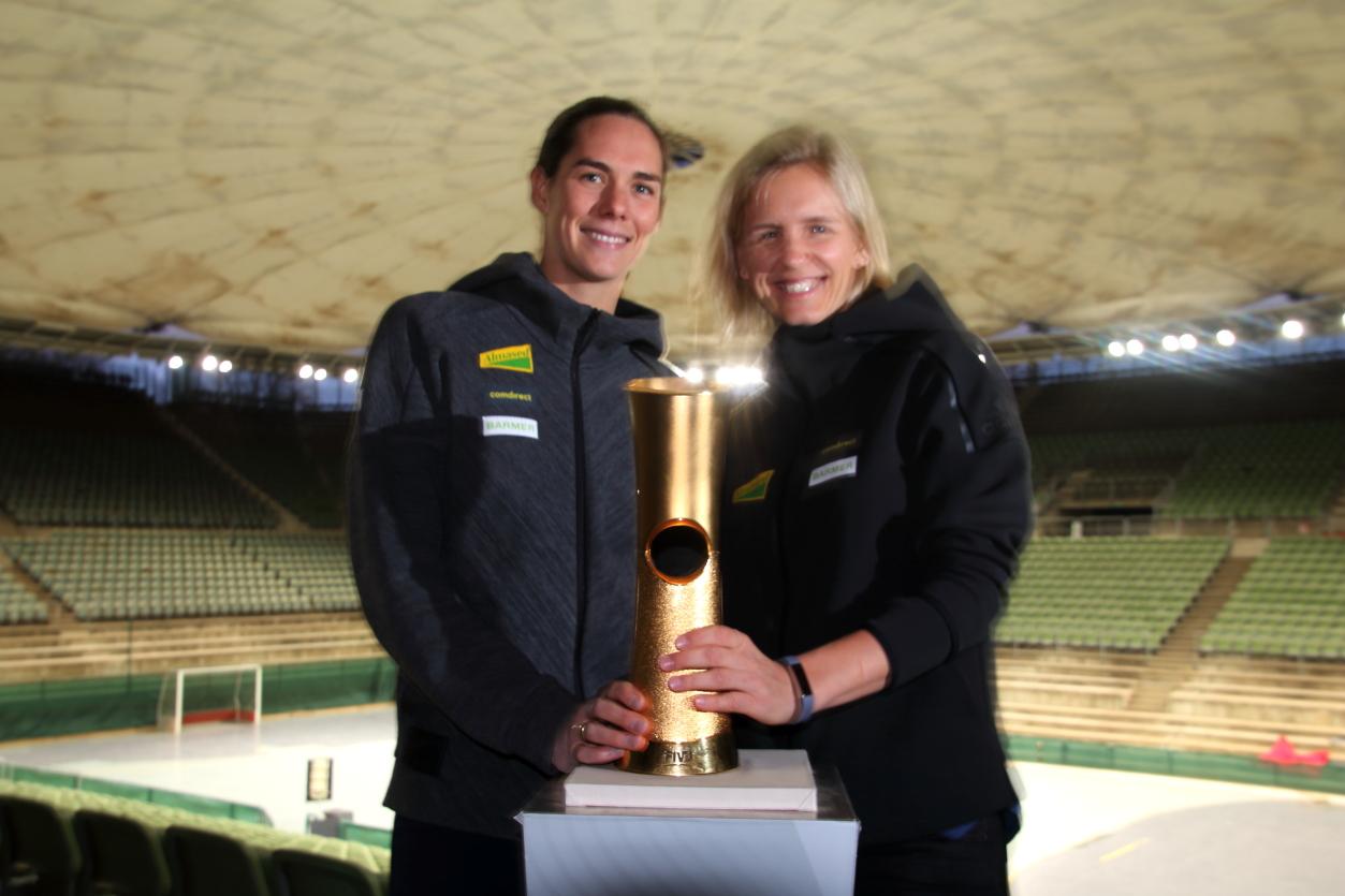 Laura Ludwig und Kira Walkenhorst präsentieren den WM-Pokal