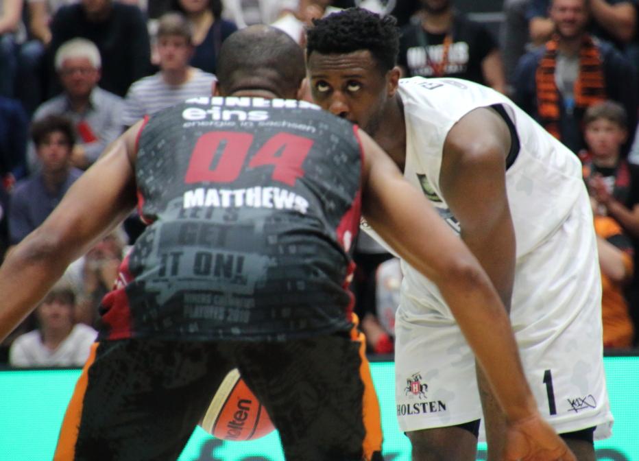 Carlton Guyton und Virgil Matthews beobachten sich