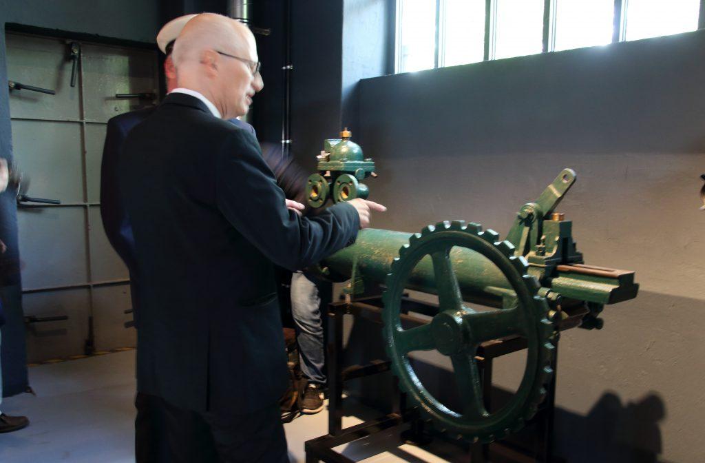 Der Bürgermeister bei der Besichtigng der Ausstellung