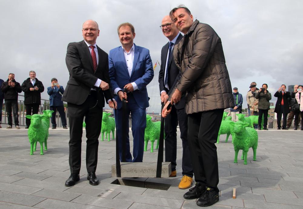 Schlussteinlegung für den Elbe Boulevard durchJens Kerstan, Dr. Stefan Klotz und Patrick Schumacher