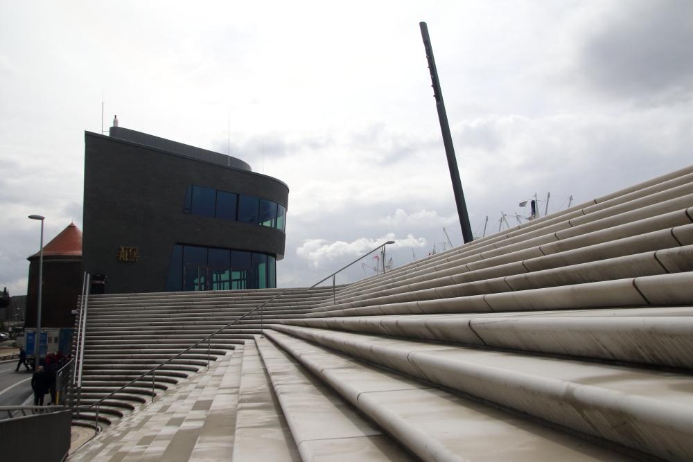 Schwarzer Basalt und eine helle skulpturale Treppenanlage prägen das Bild