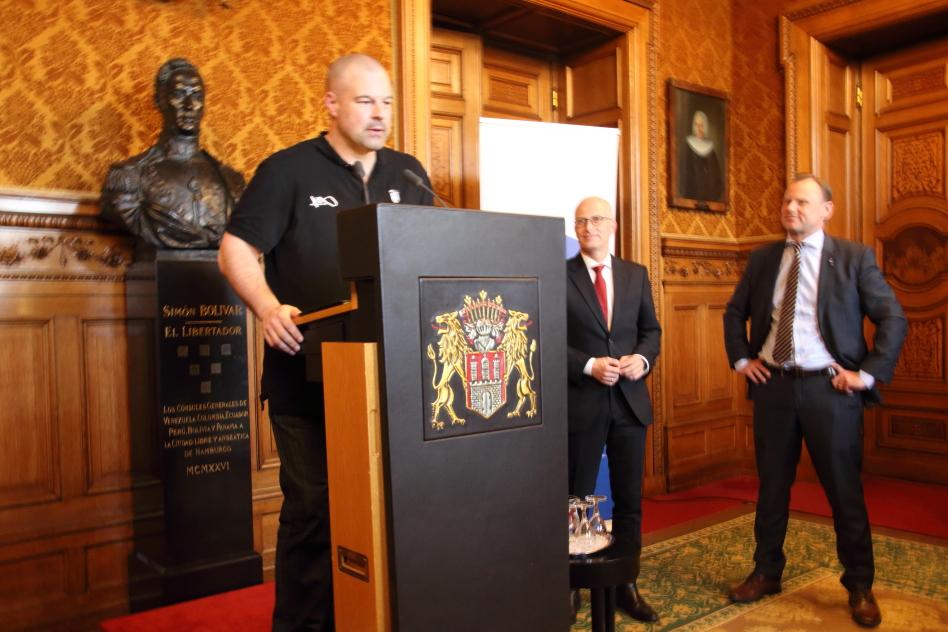 Bürgermeister Tschentscher und Andy Grote hören auf den Coach