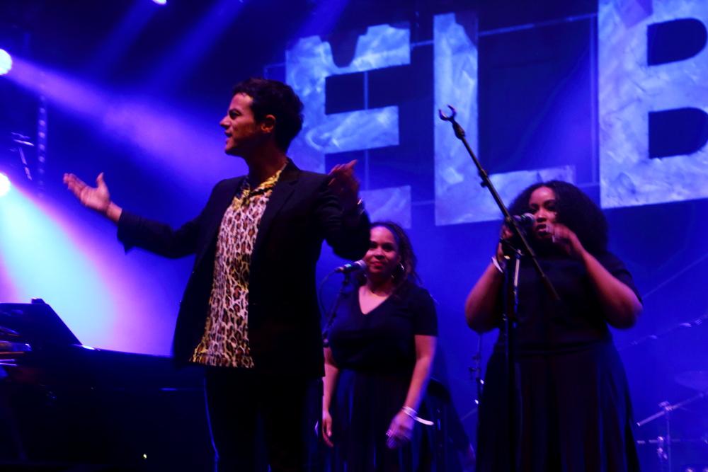 Jamie Cullum mit Background Sängerinnen