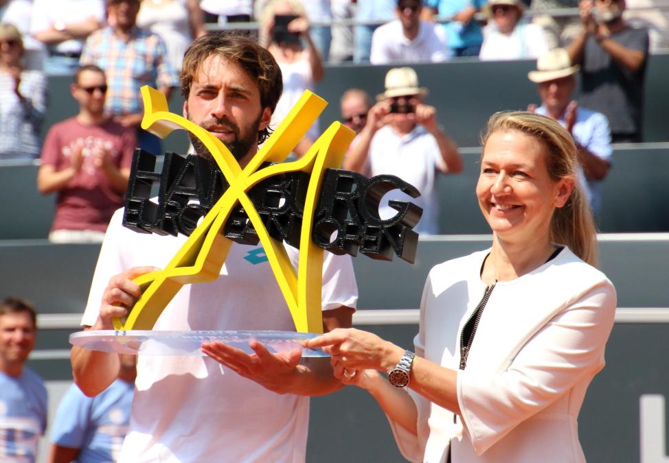 Sandra Reichel überreicht den Pokal an Nikoloz Basilashvili