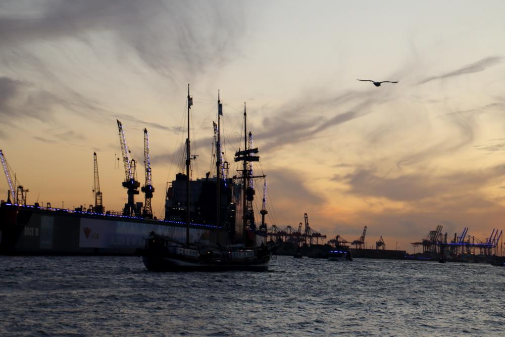 Abenddämmerung im Hafen Hamburg