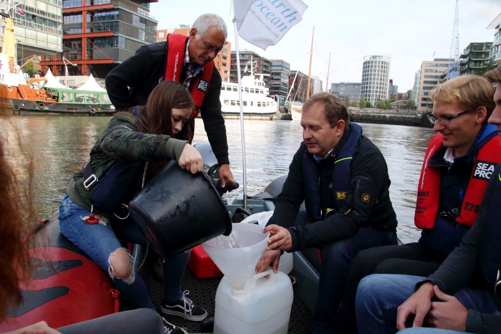 Umweltsenator Jens Kerstan sammelt Plastikmüll