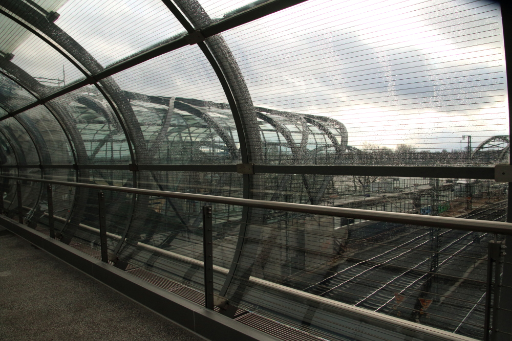 Blick vom Skywalk auf den Bahnhof